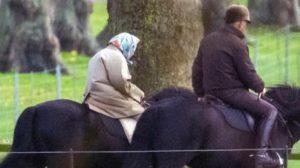 La Regina Elisabetta a cavallo. Al galoppo verso un Natale da dimenticare