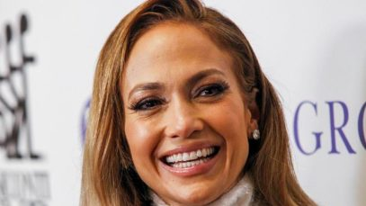 Jennifer Lopez in copertina su Elle. Il doppio look: da Fendi a total Prada