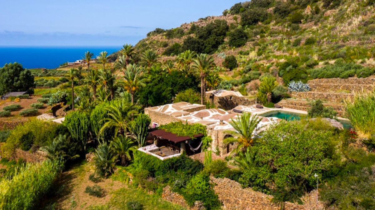 Fabrizio Ferri e la sua villa a Pantelleria: un sogno architettonico a occhi aperti