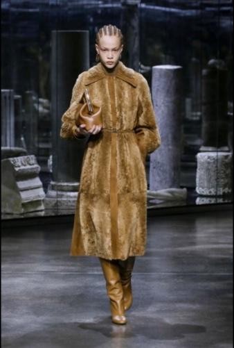 Milano Fashion Week 2021. Fendi apre il baule di famiglia e tira fuori meraviglie
