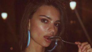 Emily Ratajkowski, in posa col pancione. Sexy come una dea, glam come sempre
