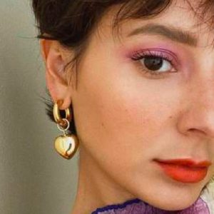 Beauty trend Primavera 2021: trucco, capelli e unghie. Via dall'oscurità, un caleidoscopio di colori è qui per noi
