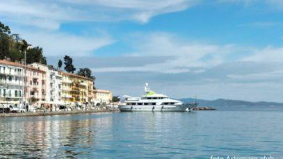 Yacht di lusso, Secret Love è salpato: master suite e Jacuzzi sul ponte. Che meraviglia!