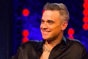 Robbie Williams, i capelli rasati a zero fanno subito trend Estate 2020. Chi vuole unirsi?