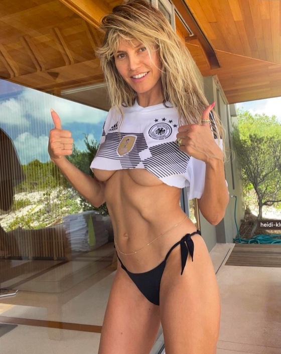 """Heidi Klum, la foto fa 40 gradi all'ombra: """"underboobs"""" e addominali tonici. Bella vera"""