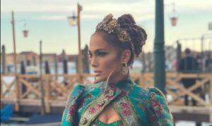 Jennifer Lopez a Venezia in D&G: divina nonostante la super gaffe (era proprio dietro... l'angolo)