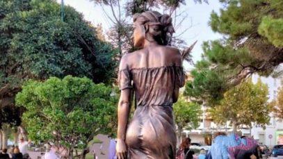 """Spigolatrice di Sapri, polemica sulla scultura (""""sessista"""") di Stifano. L'artista risponde: """"La rifarei nuda"""""""