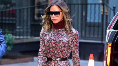 Victoria Beckham, scarpe fluo e vestito floreale: la follia più bella di questo autunno