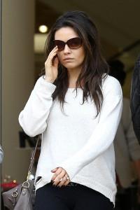 Mila Kunis e l'anello di fidanzamento